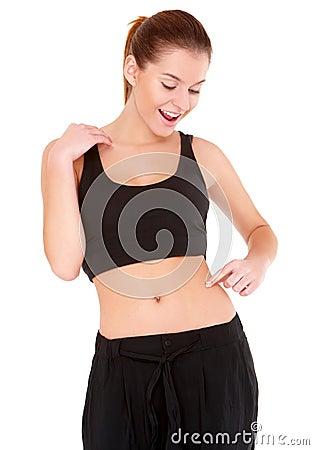 A mulher verific a adiposidade da cintura no branco