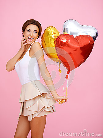 Mulher Vivacious com os balões dados forma coração
