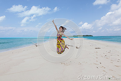 Mulher Bonita Nova Na Praia Tropical Ensolarada No Vestido