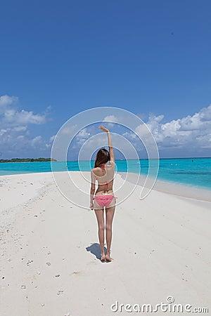 Mulher Bonita Nova Na Praia Tropical Ensolarada No Biquini