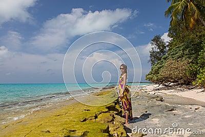 Imagens De Stock Mulheres Bonitas Novas Na Praia Tropical Ensolarada