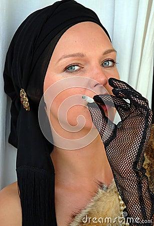 Mulheres bonitas que fumam um cigarro