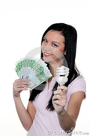 Mulheres com lâmpada da economia de energia. Lâmpada da energia