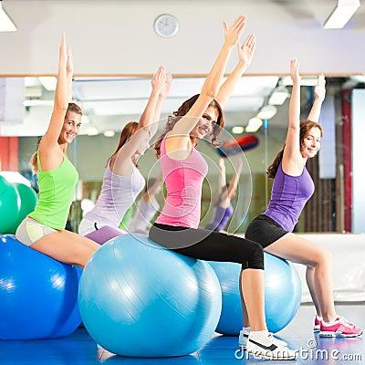 Mulheres da aptidão da ginástica - treinamento e exercício