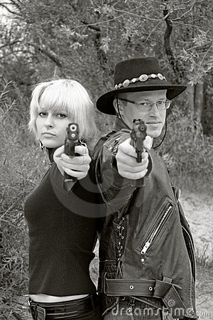 Mulheres e revólveres apontando lado a lado do homem