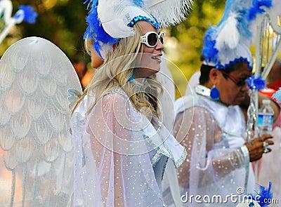 Mulheres vestidas como anjos em uma parada Fotografia Editorial