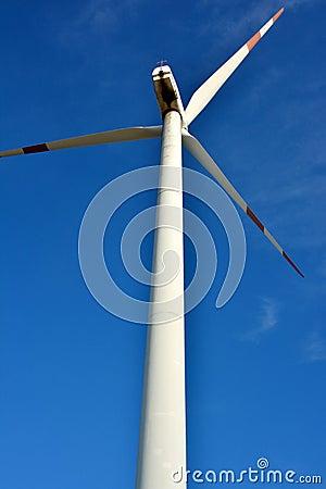 Mulino a vento sotto cielo blu