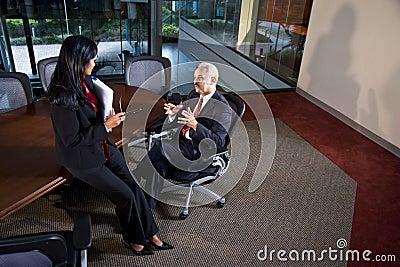 Multi-etnische directeuren die bespreking hebben