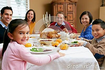 Multi família da geração que comemora a acção de graças