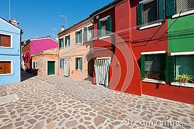 Kleine straße mit multi farbigen häusern in italien gps