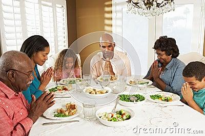 Multi Generations-Familie, die zu Hause Anmut sagt