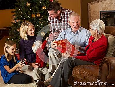 Multi presentes de Natal da abertura da família da geração