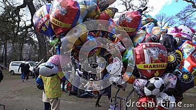 Multicolored ballons in het park van de de lentestad stock video