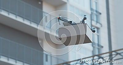 Multicopter con assistenza medica e cibo che vola in zona residenziale stock footage