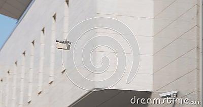 Multicopter con paquete de cartón volando en el área de la ciudad de negocios metrajes