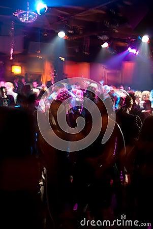 Multidão da dança do clube nocturno