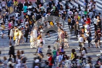 Multidão que cruza a rua