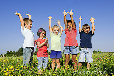 Multiethnische Gruppe Kinder draußen