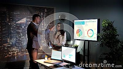 Multiraciale specialisten in economie die wereldmarktontwikkeling analyseren die op infographic wordt beschreven stock videobeelden