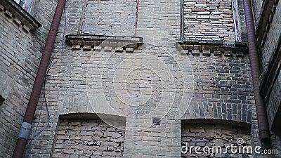 Mur de briques effrayant avec les fenêtres emmurées, isolement complet, clinique de santé mentale banque de vidéos
