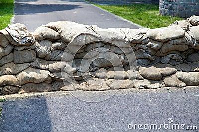 mur des sacs de sable prot g s contre l 39 inondation photo stock image 31498790. Black Bedroom Furniture Sets. Home Design Ideas