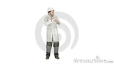 Muratore divertente di dancing, architetto, elettricista in casco su fondo bianco stock footage