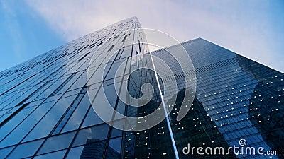 Murs vitreux réfléchis de plusieurs gratte-ciel longueur de caméra du cinéma 6K clips vidéos