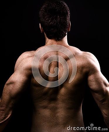 Muscoli dorsali di grande uomo nudo in buona salute