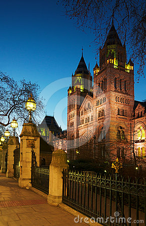 Museo nazionale di storia: vista della facciata di notte, Londra