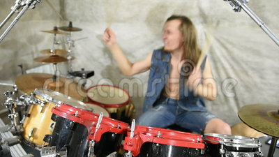 Musiker, der Trommeln auf Stadium, Rockmusik spielt stock video footage