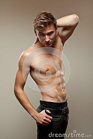 Muskulöser junger Mann