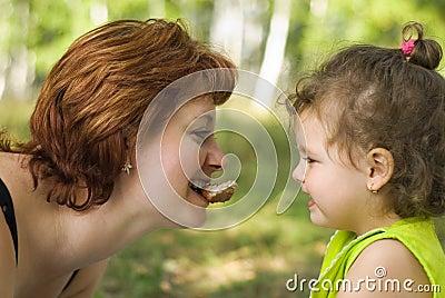 Mutterliebe oder Egoismus? Mutter stillt Tochter bis zur