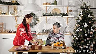 Mutter Set Tisch und Vater mit Tochter wartet zum Abendessen stock footage