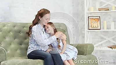 Mutter Umarmt Und Küsst Ihre Tochter Stock Footage - Video von kinder, haupt: 130166760