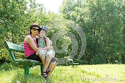 Mutter und ihr Sohn im Freien