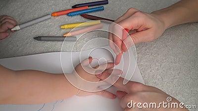 Mutter Und Ihre Kleine Tochter Zeichnen Stock Footage - Video von lernen, mädchen: 90170882
