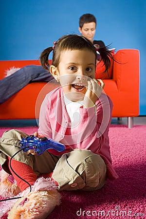 Mutter- und Lächeln dauthter plaing Computerspiel