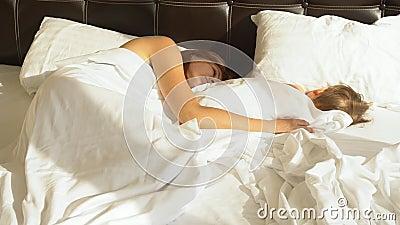 Mutter Und Sohn Schlafen Morgens Im Bett An Stock Footage Video