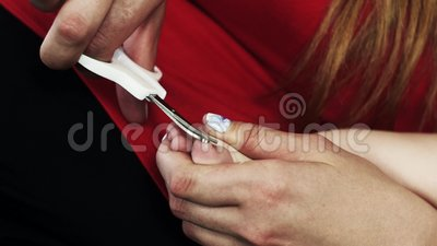 Mutterschnittnägel des Babys auf Füßen pedicure mutterschaft obacht Scheren stock footage