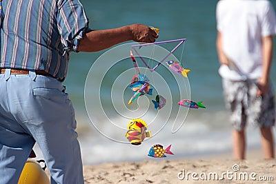 Móvil colorido de los pescados en la playa