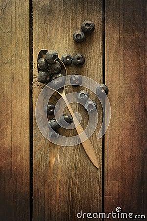 Myrtilles dans l 39 arrangement rustique de cuisine avec le for Arrangement de cuisine