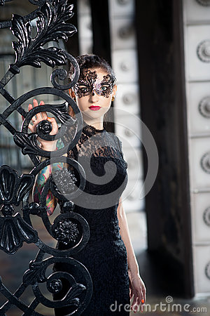 Free Mysterious Woman In Venetian Carnival Mask Near Wrought Iron Gate Royalty Free Stock Photography - 84135177