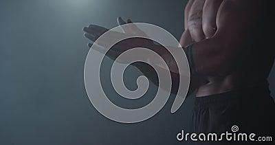 Nähere Angaben zum nahegelegenen Bodybuilder, der das Pulver auf den Händen verwendet und sich auf die Anbringung eines Trainings stock video footage