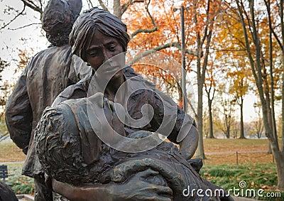 Nära övre Vietnam kvinna minnes- staty