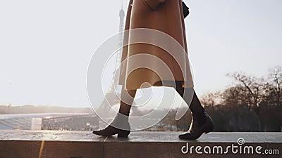 Nära ben av en vacker, lycklig kvinna i elegant rock som går nära romantisk Eiffel Tower sky panorama paris slow motion arkivfilmer