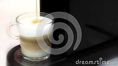 Närbild av förberedelsen av ett espressokaffe lager videofilmer