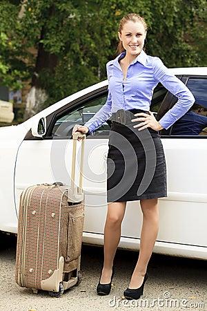 Nätt flicka med resväska