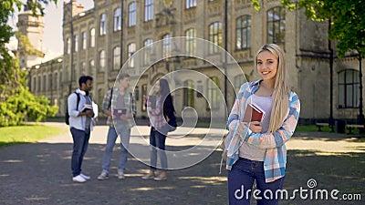 Nätt student som är lycklig att få högre utbildning och ljusa framtida tillfällen stock video