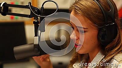 Nätt student som framlägger en radioprogram arkivfilmer
