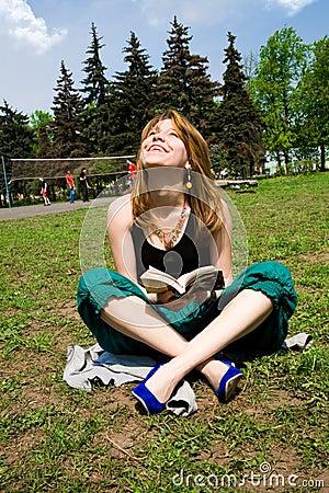Nätt unga avläsningskvinnor för bok